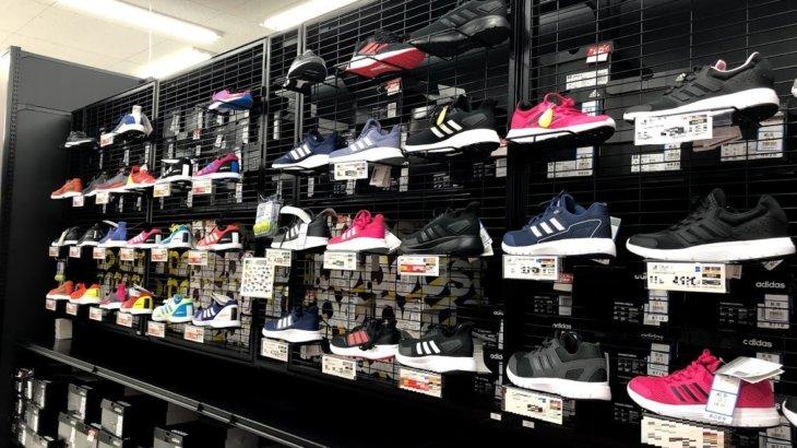 実店舗のスポーツ店でランニングシューズ購入。量販店ではセルフサービス化が進んでいる。